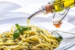 spaghetti Les spaghetti avec le pesto fait maison sauce des feuilles d'huile et de basilic d'olive Photo libre de droits