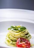 spaghetti Les spaghetti avec le pesto fait maison sauce des feuilles d'huile et de basilic d'olive Images libres de droits