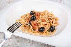 Spaghetti losu angeles puttanesca z kaparem i oliwkami fotografia royalty free