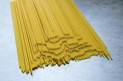 Spaghetti lying on the beach na sto?owym wierzcho?ku poj?cie smakowity i zdrowy jedzenie w?oski makaron zdjęcia stock