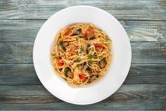 Spaghetti makaron z pomidorami i basilem na talerzu Fotografia Royalty Free