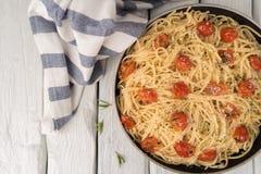 Spaghetti makaron z pomidorami i pietruszką na drewnianym stole Obrazy Royalty Free