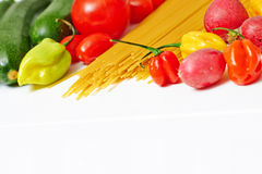 Spaghetti makaron z warzywami na stole Fotografia Royalty Free