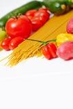 Spaghetti makaron z warzywami na stole Obrazy Royalty Free