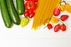 Spaghetti makaron z warzywami na stole Zdjęcie Stock