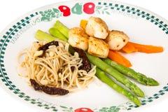 Spaghetti makaronu aglio e olio z przegrzebkami Zdjęcia Royalty Free