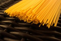 Spaghetti makaronu surowy czarny tło zdjęcia royalty free