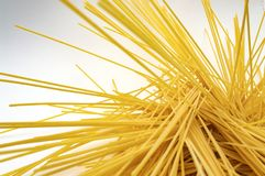 Spaghetti makaronu witaminy b tła karmowa żółta tekstura fotografia stock
