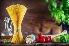 spaghetti Makaronu spaghetti z basilu czosnku pomidorami serowy parmesan i oliwa z oliwek Zdjęcia Royalty Free