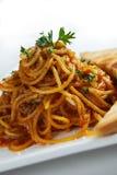 Spaghetti met basilicum op bovenkant royalty-vrije stock fotografie