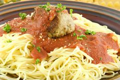 Spaghetti met een vleesbal stock afbeeldingen