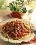 Spaghetti met gehakt en tomaat op de lijst wordt gediend die stock afbeeldingen