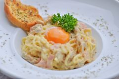 Spaghetti met ham en paddestoel of spaghetticarbonara Royalty-vrije Stock Fotografie
