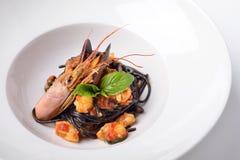 Spaghetti met inktvisseninkt en langoustines Stock Foto's