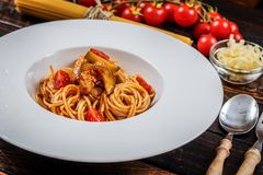 Spaghetti met kippenvlees Stock Afbeeldingen