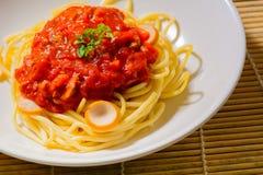 Spaghetti met korianderblad dat wordt verfraaid Stock Afbeeldingen
