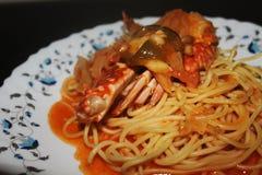 Spaghetti met Krab in Zoete en Kruidige Saus Stock Foto's