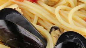 Spaghetti met mosselen stock footage