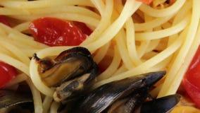Spaghetti met mosselen stock video