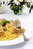 Spaghetti met mosselen in kommen Stock Afbeelding