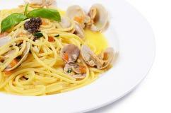Spaghetti met mosselen in kommen Stock Afbeeldingen