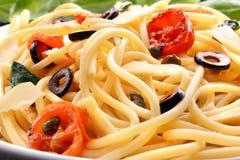 Spaghetti met olijfsaus en tomaten Royalty-vrije Stock Afbeelding