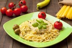 Spaghetti met olijven en basilicum Stock Foto