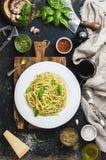 Spaghetti met pestosaus, parmezaanse kaaskaas, basilicum en wijn Stock Fotografie