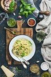 Spaghetti met pestosaus, parmezaanse kaaskaas, basilicum en wijn Stock Afbeeldingen