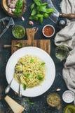 Spaghetti met pestosaus, parmezaanse kaaskaas, basilicum en wijn Royalty-vrije Stock Fotografie
