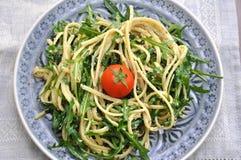 Spaghetti met Rucola en tomaten stock afbeeldingen