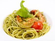 Spaghetti met sauspesto en garnalen Stock Afbeeldingen