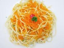 Spaghetti met shrimp&egggarnalen in witte schotel Stock Afbeelding