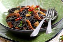 spaghetti met Spaanse pepers en droge tomaten royalty-vrije stock foto's