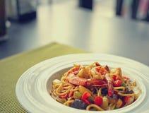 Spaghetti met Thaise Kruidige Kruidensaus en garnalen op witte plaat Royalty-vrije Stock Afbeeldingen