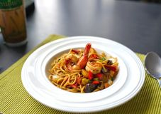 Spaghetti met Thaise Kruidige Kruidensaus en garnalen op witte plaat Royalty-vrije Stock Afbeelding