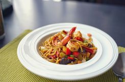 Spaghetti met Thaise Kruidige Kruidensaus en garnalen op witte plaat Stock Fotografie
