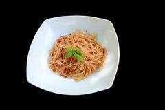 Spaghetti met tomatensaus en basilicum Royalty-vrije Stock Afbeeldingen