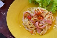 Spaghetti met tomatensaus en basilicum royalty-vrije stock fotografie