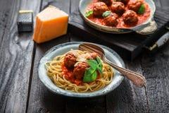 Spaghetti met vleesballetjes en tomatensaus en basilicum, rustieke stijl, selectieve nadruk Royalty-vrije Stock Fotografie