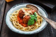 Spaghetti met vleesballetjes en tomatensaus en basilicum, rustieke stijl, selectieve nadruk Royalty-vrije Stock Foto's
