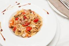 Spaghetti met zeevruchten en kers Royalty-vrije Stock Afbeeldingen