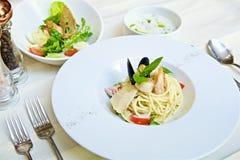 Spaghetti met zeevruchten en tomaten stock afbeelding