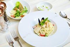 Spaghetti met zeevruchten en tomaten stock foto
