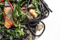 Spaghetti noirs épicés avec des oeufs de siècle Photographie stock libre de droits