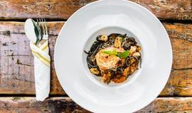 Spaghetti noirs avec des fruits de mer Image libre de droits
