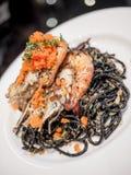 Spaghetti noirs avec la crevette rose Photographie stock libre de droits