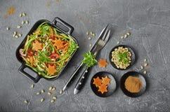 Spaghetti ongekookt van courgette in de zwarte schotel Stock Afbeelding