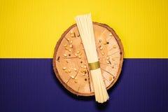 Spaghetti op een houten plaat stock afbeelding