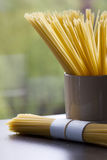 Spaghetti op een vensterbank Royalty-vrije Stock Fotografie